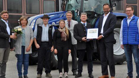 LTZ Landtechnikzentren übergeben 1.500sten New Holland Schlepper
