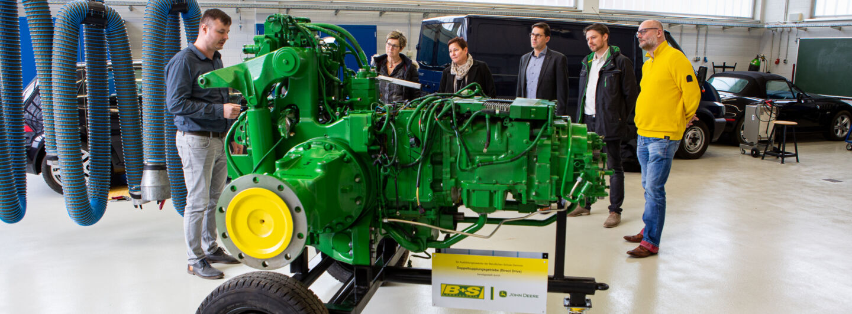 B+S Landtechnik GmbH übergibt Modell an Berufsschule Demmin