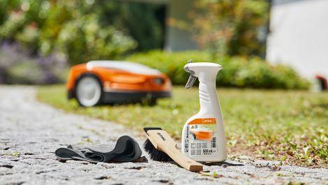 Stihl Care & Clean Kit pflegt Mähroboter und Rasenmäher