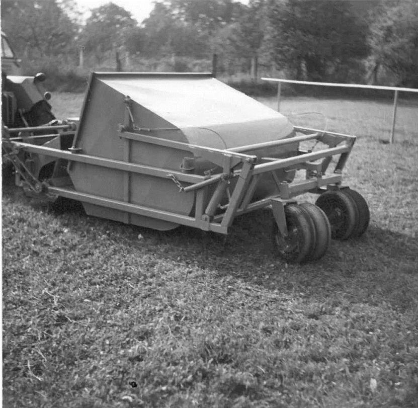 Erste Rasenkehrmaschine vom Typ WI. - Copyright: Wiedenmann
