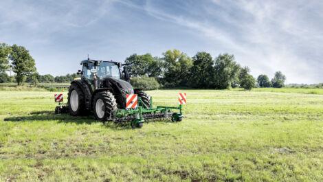 Düvelsdorf präsentiert neuen Grünlandstriegel GREEN.RAKE vario